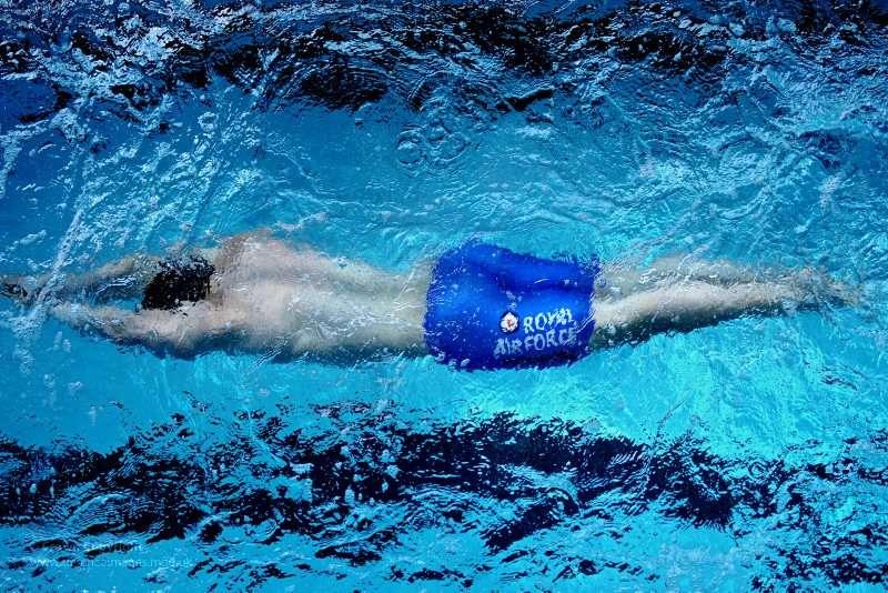 La flottabilité est liée à la densité de l'objet sur lequel elle s'applique. Les personnes possédant plus de graisses que d'autres flottent par exemple mieux, car la densité de la graisse (0,95) est plus faible que celle des muscles (1,05). © Defense Images, Flickr, cc by nc nd 2.0