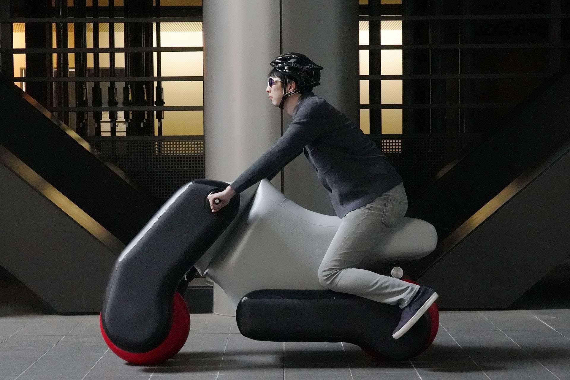 La nouvelle version du scooter électrique gonflable Poimo pourra être personnalisée au moment de sa conception pour s'adapter au mieux à la taille et position de conduite de son utilisateur. © Tokyo University
