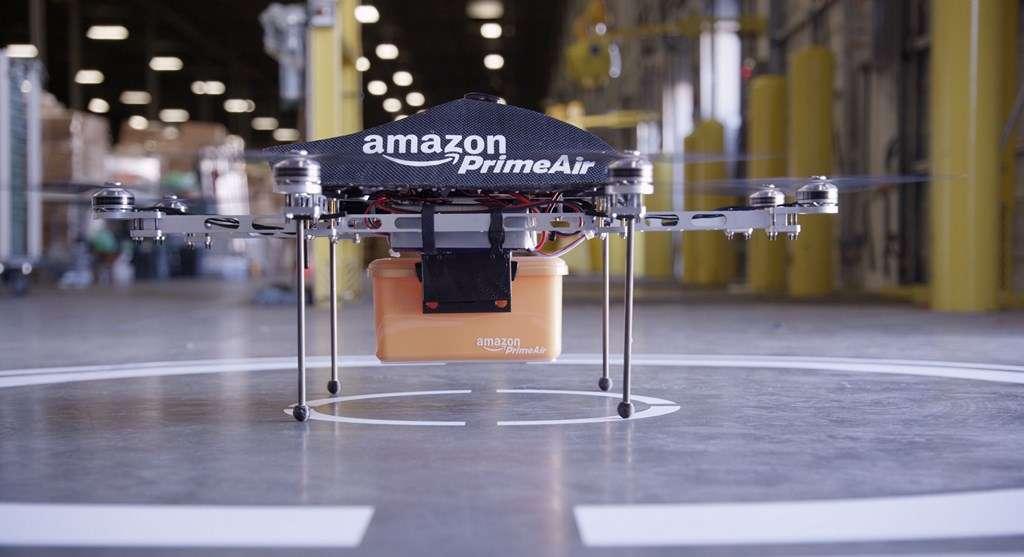 Annoncé en 2013, le projet de livraison par drones Amazon Prime Air a d'abord suscité l'incrédulité et le scepticisme. Si les obstacles techniques et juridiques sont encore nombreux, le géant américain persévère et n'est désormais plus le seul à envisager cette solution. © Amazon