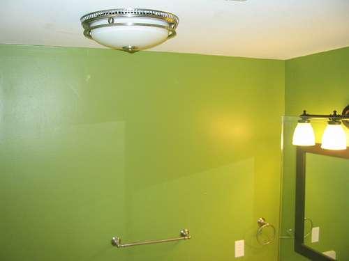 Il faut choisir un éclairage de salle de bains adapté à l'ambiance. © HandymanBusiness, Flickr, CC BY-SA 2.0