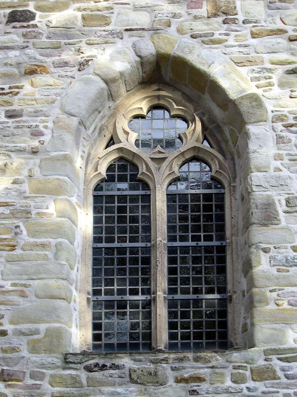 Le meneau est un élément vertical qui divise une porte ou une fenêtre. © Mathias Bigge, CC BY-SA 2.5, Wikimedia Commons