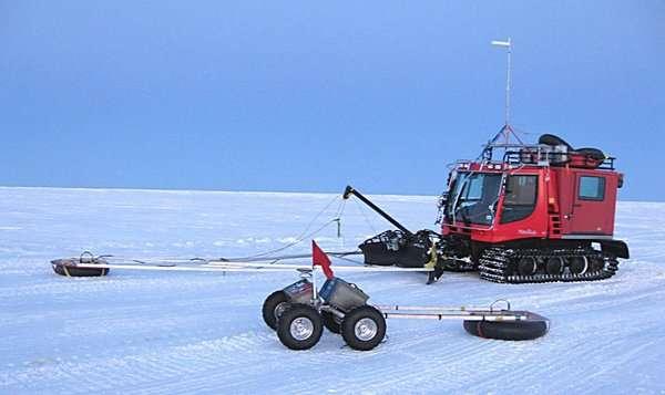 Yeti a été photographié en avril 2012 au Groenland devant l'engin qu'il est amené à remplacer. Ils servent tous deux à détecter la présence de crevasses sous la glace, mais le robot à l'avantage d'être autoguidé. La recherche humaine de crevasses est particulièrement stressante pour les équipages. © James Lever, U.S. Army's Cold Regions Research and Engineering Laboratory