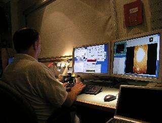 Astronome dans la salle de contrôle du LBT, le 12 Octobre 2005Crédit : Large Binocular Telescope Corporation