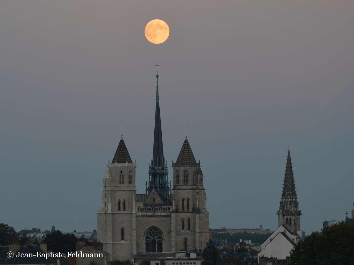La Pleine Lune du 8 septembre, surprise au-dessus de la cathédrale Saint-Bénigne, à Dijon, par Jean-Baptiste Feldmann. Des images à retrouver sur son blog, Cielmania. © Jean-Baptiste Feldmann