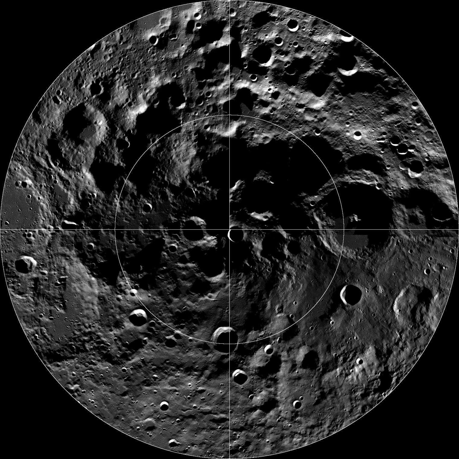 Malgré sa proximité, la Lune nous semble toujours aussi lointaine. Aucune agence spatiale ne planifie à ce jour le retour d'Hommes à sa surface. Seuls quelques pays ont un programme robotique d'exploration lunaire et deux d'entre eux, les États-Unis et la Chine, lanceront une mission en 2013. © Nasa, GSFC, Arizona State University