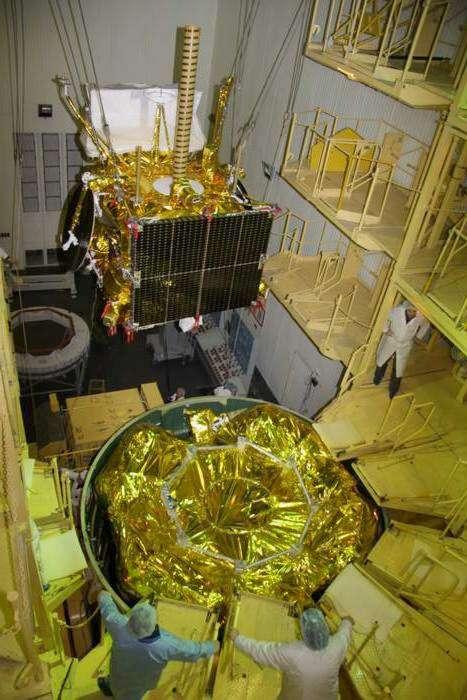 Installation du satellite Elektro-L1 sur l'étage supérieur Fregat de Zenit 3F, un lanceur assemblé sur étagère. Les deux étages de la Zenit, fournis par l'Ukraine ont satellisé Fregat et son satellite sur une orbite parking avant que Fregat allume par trois fois ses propulseurs pour augmenter son altitude de façon à placer Elektro-L1 sur une orbite géostationnaire. © Roscosmos