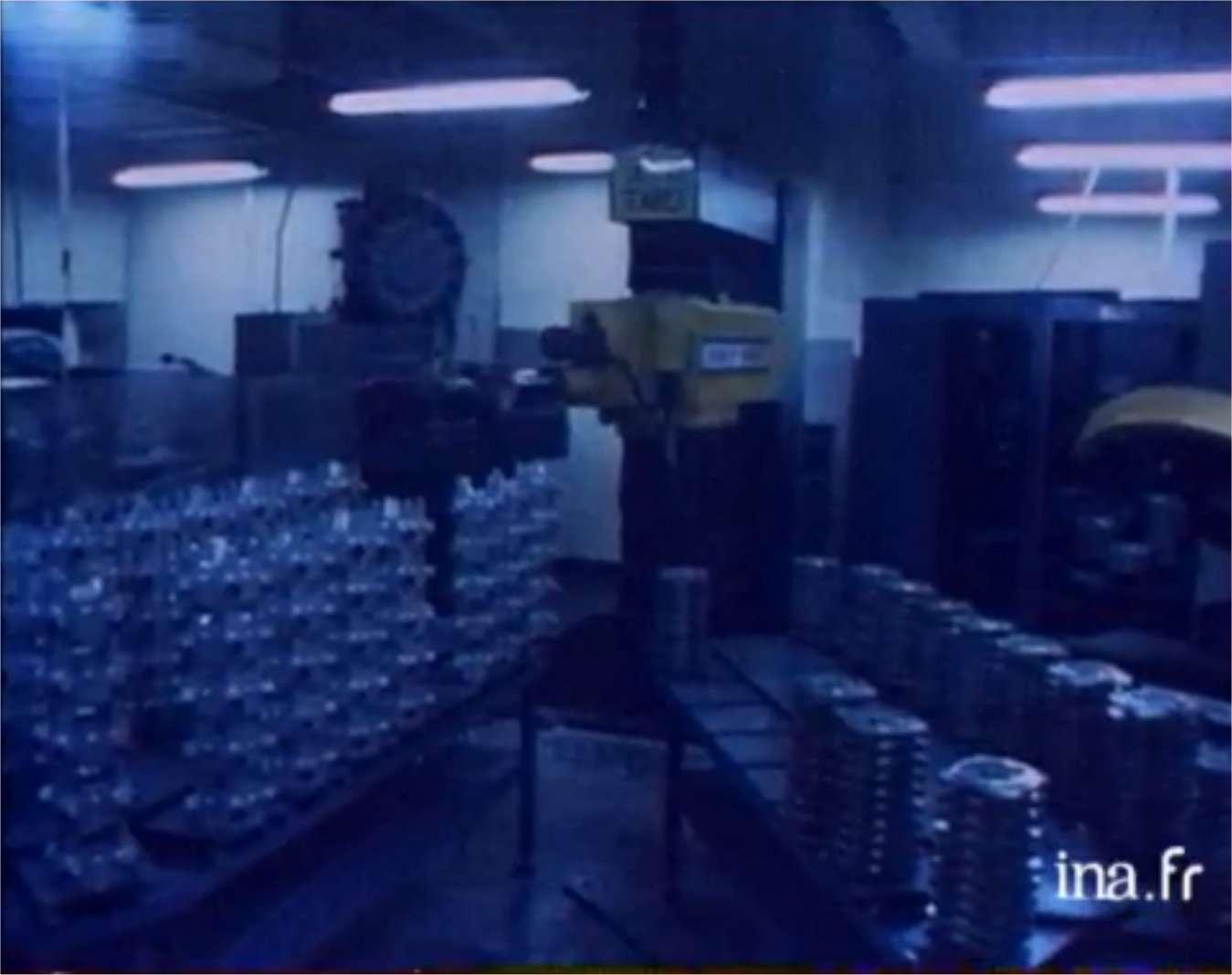 En 1980, l'industrie japonaise utilise 50.000 robots quand il y en a 300 en France. © Ina
