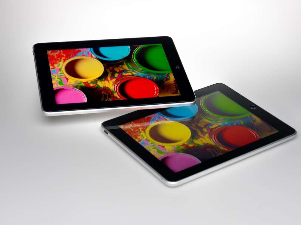 Les boîtes quantiques pourraient débarquer dans les écrans des futurs terminaux d'Apple. Sur cette photo fournie par le fabricant de filtres à boîtes quantiques Nanosys, on peut voir la richesse et la vivacité des couleurs de l'écran d'une tablette d'Apple dotée de ce système. Il est comparé avec celles plus ternes délivrées par l'écran d'origine de l'iPad. Les technologies décrites par Apple dans ce domaine vont bien plus loin que l'intégration d'un simple filtre. © Nanosys
