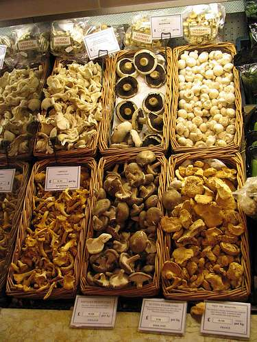 Pendant les mois automnaux on trouve un grand assortiment de champignons frais sur la plupart des marchés. © Creative Commons - Randomduck