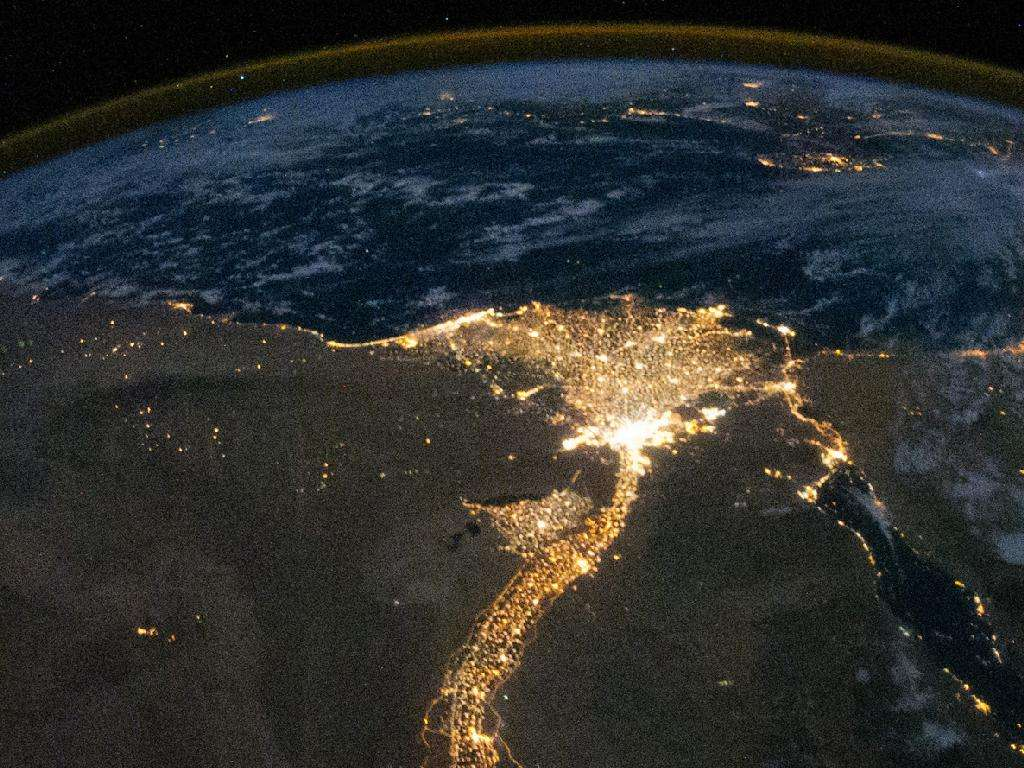 La vallée du Nil et la Méditerranée, photographiées de nuit le 28 octobre 2010 depuis la Station spatiale internationale. La croissance démographique, l'urbanisation et la littoralisation impactent fortement cette mer presque fermée. © Nasa