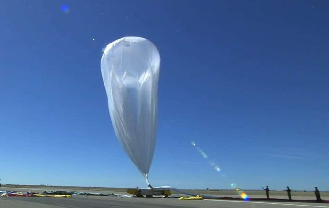 Le vent malmène le ballon d'hélium. Les rafales atteignent par moment 40 km/h. Le décollage est compromis. L'équipe au sol décide d'interrompre les opérations. Felix Baumgartner, très déçu, va bientôt sortir de la capsule. Il devra attendre une autre occasion pour son saut depuis la stratosphère. © Red Bull/YouTube