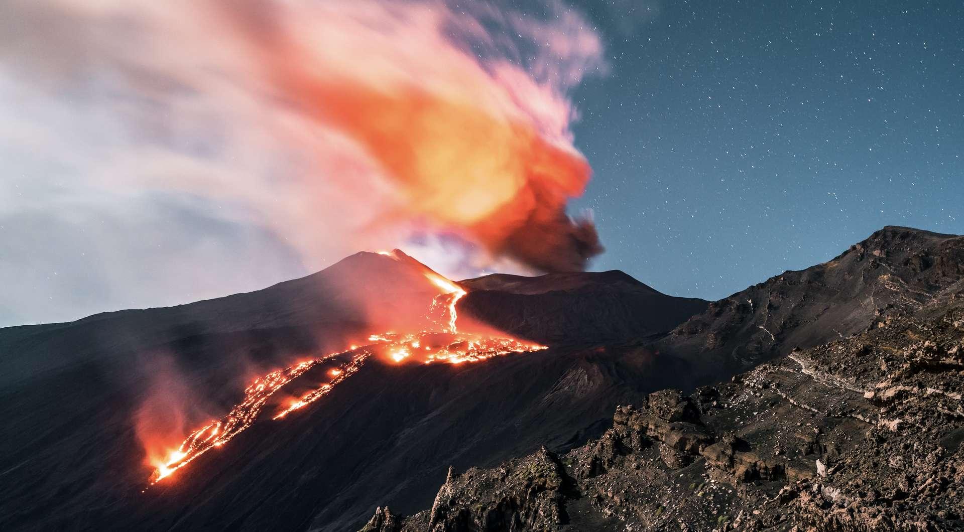 Éruption du volcan Etna avec fumée et coulée de lave, la nuit. © Fernando, Adobe Stock