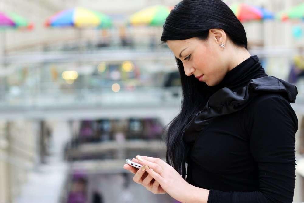 Pour téléphoner ou pour taper un SMS, la position de la colonne vertébrale n'est pas bonne. © Andrey Arkusha/Shutterstock.com