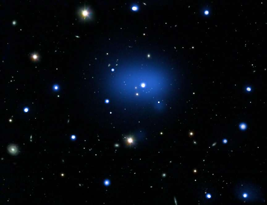 En bleu, les observations en rayons X par Chandra montrent le gaz chaud présent dans l'amas JKCS041. Les observations dans le domaine optique viennent du Very Large Telescope (VLT). L'amas galactique se trouve dans la constellation de la Baleine. Crédit : Nasa