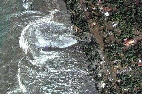 L'arrivée du tsunami en 2004 sur la côte de Phuket. Crédit Nasa