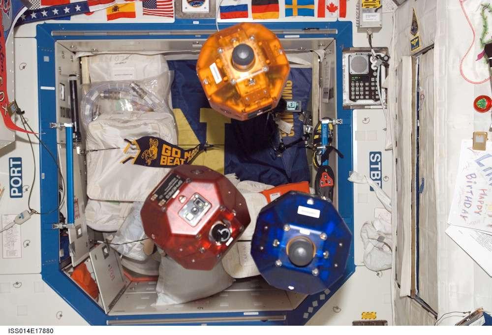 Ces petits robots colorés font partie de l'équipage de la Station spatiale internationale. Munis d'un système de propulsion autonome, ils servent à mener des expérimentations. En les couplant au dernier prototype de smartphone 3D développé par Google, la Nasa espère en faire de véritables assistants mobiles. © Nasa