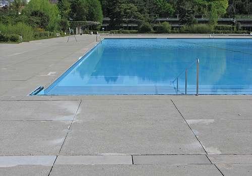 Une échelle de piscine est un accessoire incontournable, quel que soit le modèle de piscine choisi. © m x b c h r, Flickr, cc by nc 2.0