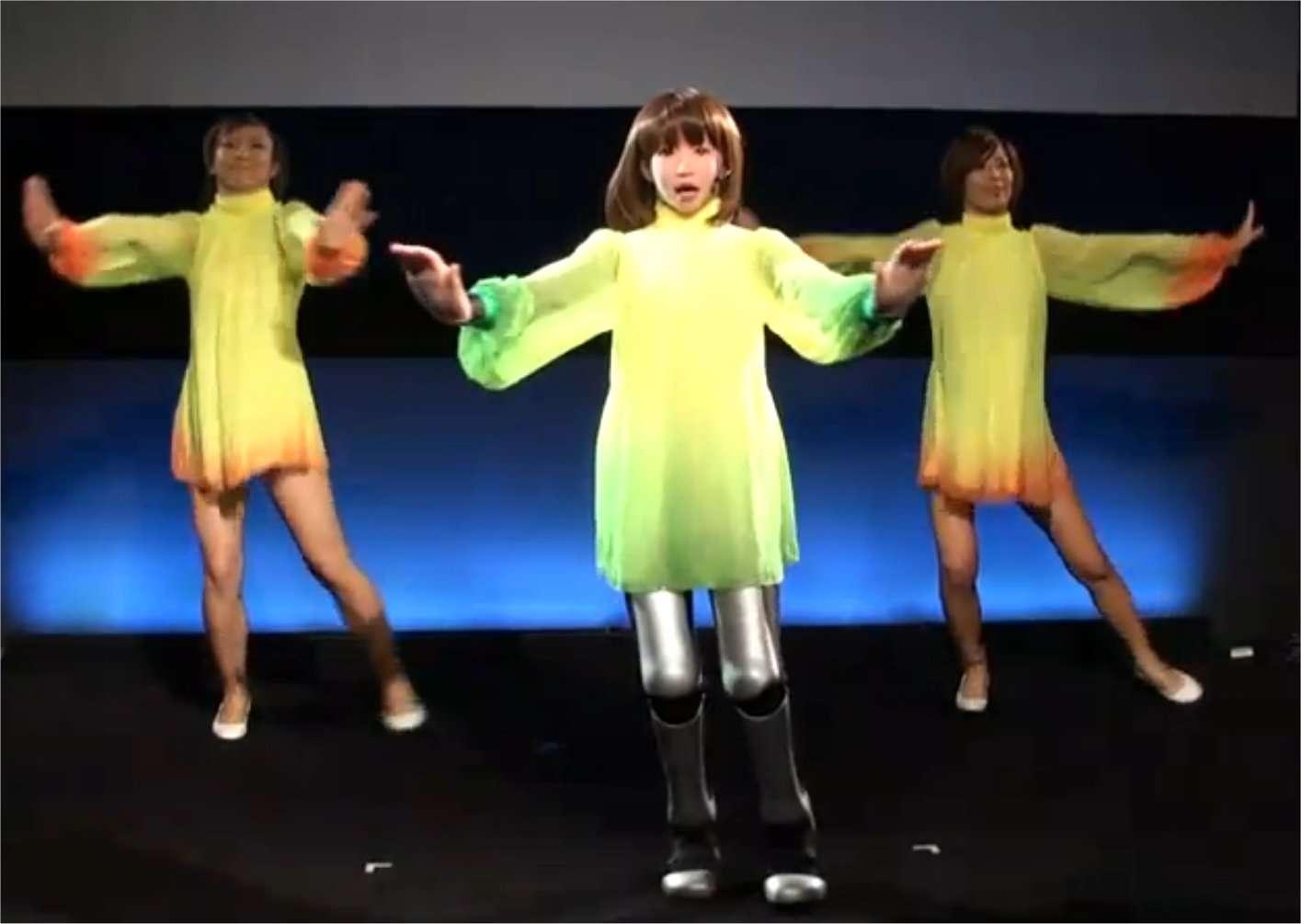 HRP 4C, un (une ?) robot anthropoïde, conçu au Japon par l'AIST, au milieu de danseuses humaines. Pour l'instant, il est facile de faire la différence... © AIST/YouTube