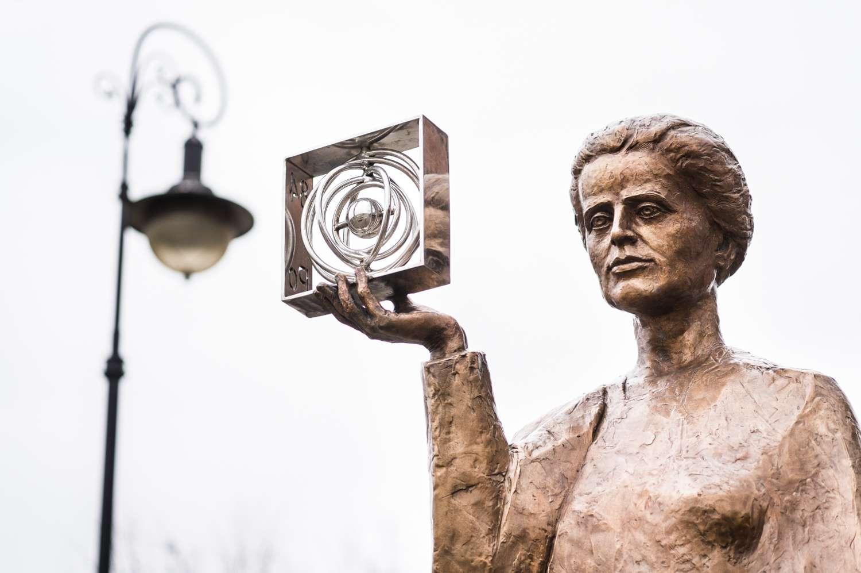 Le polonium a été découvert par Pierre et Marie Curie. Cette dernière est représentée ici tenant une représentation du polonium ; la statue, du sculpteur Bronislaw Krzysztof, se situe à Warsow, en Pologne. © Huang Zheng, Shutterstock