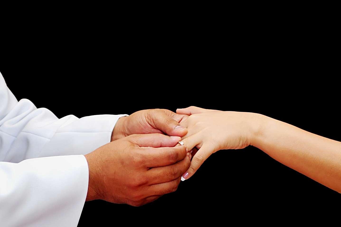 Passer la bague au doigt une bonne fois pour toutes est l'une des façons de préserver son squelette des dégâts occasionnés par le temps qui passe et qui inéluctablement abîme les os. © Bigjom, www.stockfreeimages.com