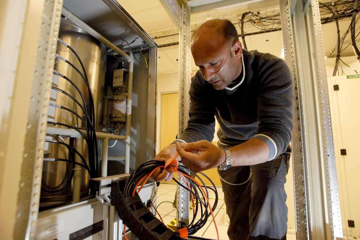 Installation du maser à hydrogène, c'est-à-dire de l'horloge atomique, au plus près des 66 antennes, à plus de 5.000 m d'altitude. © NRAO/AUI/NSF
