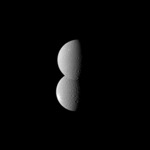 Cette surprenante image des satellites Dioné et Rhéa semblant se chevaucher a été prise le 27 juillet dernier par la sonde Cassini. Crédit Nasa/JPL/Space Science Institute