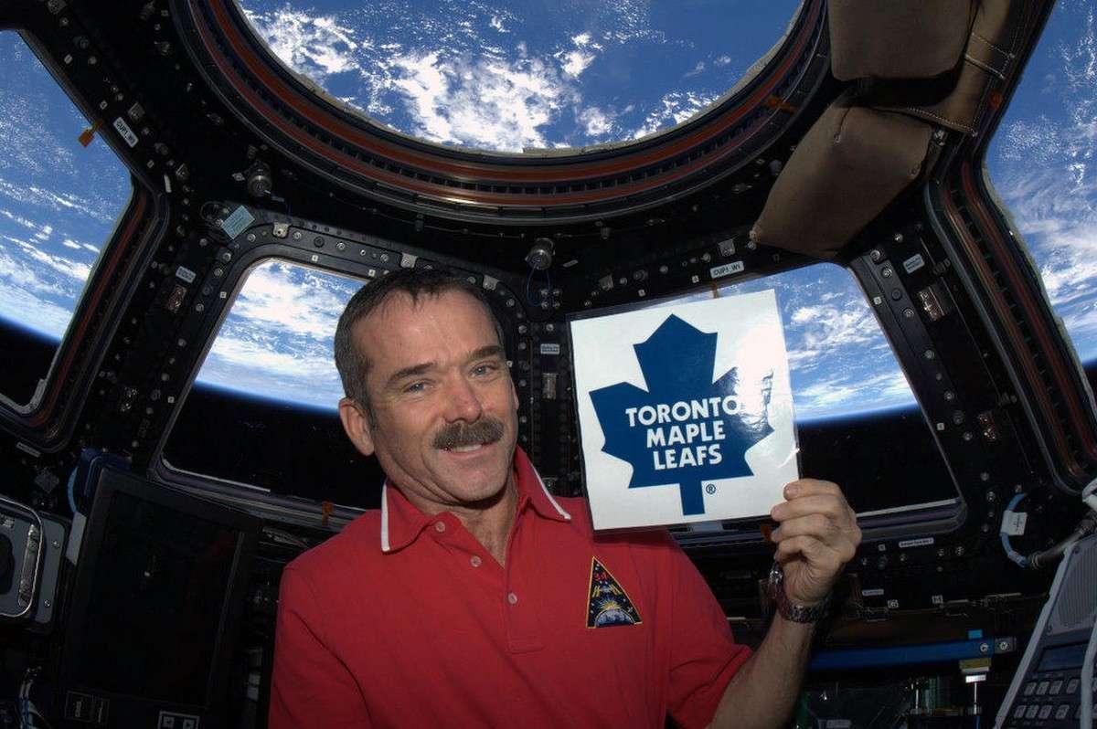 L'astronaute canadien Chris Hadfield est à bord de la Station spatiale internationale jusqu'au mois de mai 2013. Il s'est photographié dans la coupole d'observation de l'ISS en tenant l'emblème de l'équipe de hockey sur glace de Toronto. © Nasa, CSA, Chris Hadfield