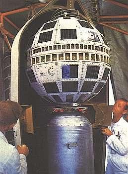 Telstar-1 au sommet de son lanceur Thor-Delta. Crédit Nasa.