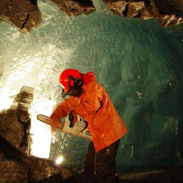 Dans un des tunnels creusés par les chercheurs du NVE, l'hydrologue Miriam Jackson prélève des échantillons de glace exactement à l'interface roche-glace, à la base du glacier. Le tunnel est à côté du laboratoire que l'équipe a créé à 200 m de profondeur dans le glacier Svartisen © Halfdan Benjaminsen, NVE
