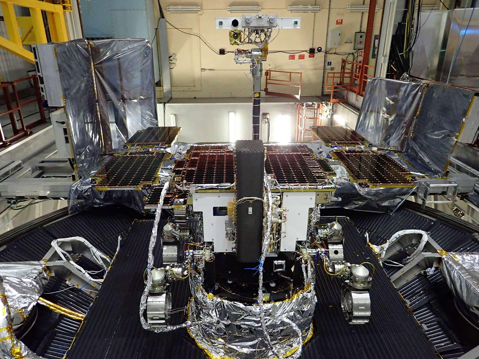 Le rover Rosalind Franklin (ExoMars 2020) débute ses essais de vide thermique chez Airbus à Toulouse. © Airbus