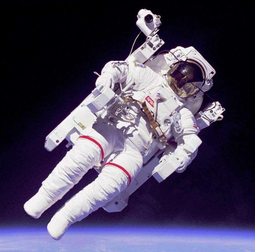 Le scaphandre des astronautes dans l'espace autour de la Terre ne les protège malheureusement pas des effets du rayonnement spatial en cas de forte éruption solaire. © Nasa