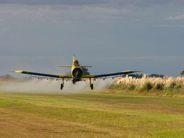 Un Weatherly 620 B testant son système d'épandage avec de l'eau. Avec l'augmentation des tailles de parcelles, l'avion a remplacé le tracteur pour des taches comme la pulvérisation de pesticides. © Santiago Nicolau-flickr-CC BY-SA 2.0