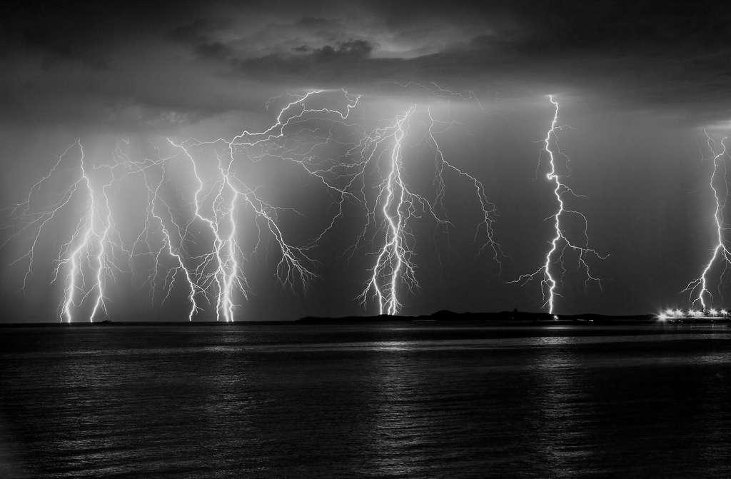 Les éclairs sont en général classés en deux catégories : les éclairs intranuages et les éclairs nuage-sol. Ces derniers caractérisent la foudre, qui peut générer des sortes de boules de feu dans l'air dans certaines conditions. © Dan-Newson, Flickr, cc by nc 2.0