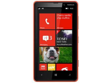 Windows Phone 8 (ici l'écran d'accueil) affiche des tuiles, représentant des applications mais pouvant aussi afficher des informations régulièrement mises à jour. Les logiciels applicatifs en profitent... © Microsoft