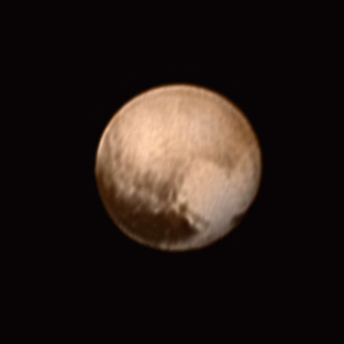 Nouvelle image de Pluton prise le 7 juillet avec le télescope Lorri de la sonde New Horizons. La région claire en forme de cœur sera survolée par la sonde spatiale le 14 juillet prochain à 11 h 50 TU. La grande tache sombre en bas à gauche de Pluton a été surnommée la « Baleine ». © Nasa, JHUAPL, SwRI