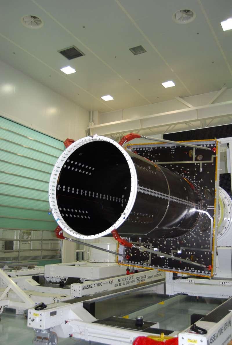 Le tube central d'une plateforme Spacebus de Thales Alenia Space autour duquel sera construit un satellite de télécommunications. La future plateforme Neosat devra notamment être compatible avec deux lanceurs. © Rémy Decourt