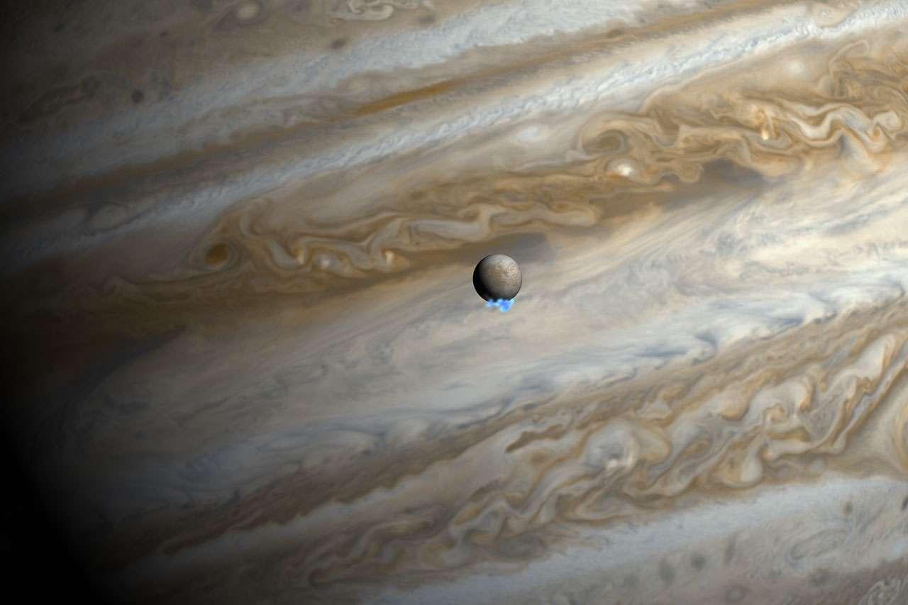 Cette vue d'artiste montre des images réelles de Jupiter et Europe dans le visible. Les images de Hubble prises dans l'ultraviolet et en fausse couleur montrent la faible émission des panaches de vapeur d'eau au pôle Sud d'Europe. Elles ont été superposées en respectant la taille, mais pas la luminosité de ces panaches. © Nasa, Esa, M. Kornmesser