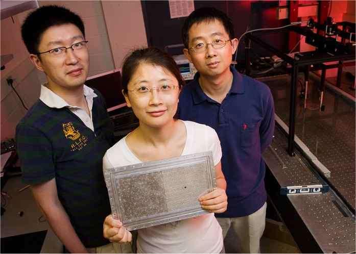 La super lentille acoustique portée par Shu Zhang (doctorante), avec Nicholas X. Fang, à gauche, et, à droite, Leilei Yin, spécialiste de microscopie au Beckman Institute. © L. Brian Stauffer