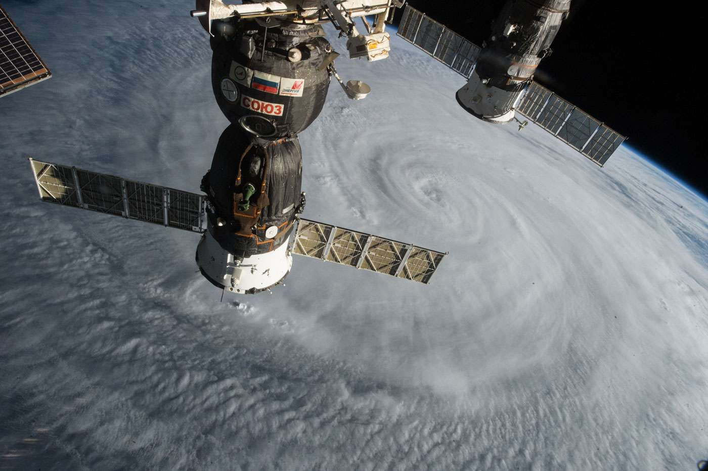 Un véhicule Soyouz (à gauche) et un cargo Progress, tous deux amarrés à l'ISS, deux des plus belles réalisations du secteur spatial russe, photographiés ici au-dessus du typhon Souledor en août 2015. © Nasa