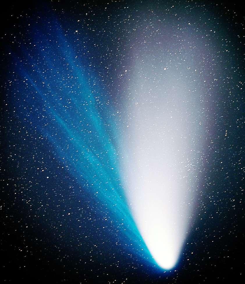La comète C/1995 O1 (Hale-Bopp) présente une période orbitale dépassant les 2.500 ans, c'est donc une comète à longue période. Elle se serait formée dans la ceinture de Kuiper, avant de migrer vers le nuage d'Oort. © Herman Mikuz, B. Kambic, Črni Vhr Observatory
