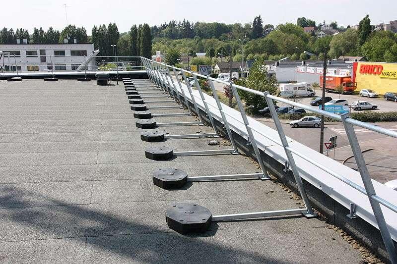 Un garde-corps pour toiture-terrasse, muni d'un barreaudage horizontal. © FRENEHARD & MICHAUX, CC BY-SA 3.0, Wikimedia Commons