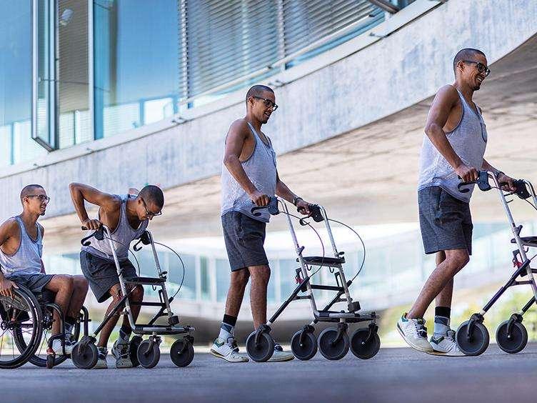 Des paraplégiques ont pu remarcher après avoir été traités par stimulation électrique et après plusieurs mois de rééducation. © EPFL Hillary Sanctuary