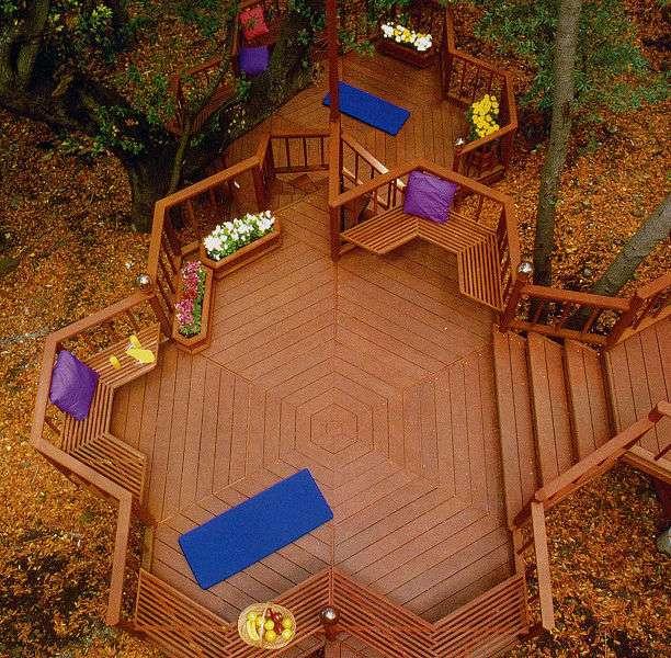 Le bois est idéal pour un revêtement de terrasse extérieure, mais il demande à être entretenu. © Wiki B M, Wikimedia Commons, CC BY-SA 3.0