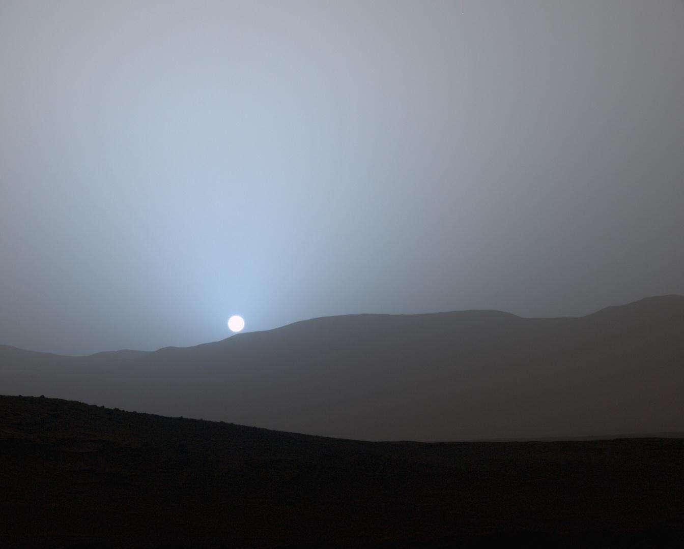 L'œil gauche de la caméra MastCam de Curiosity a pris en photo un étonnant coucher de Soleil depuis Mars le 15 avril 2015. © Nasa, JPL-Caltech, MSSS, Texas A&M University