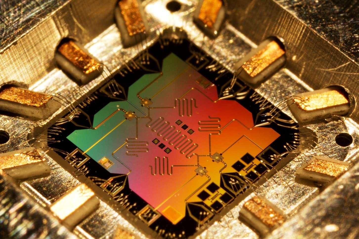 Un exemple de circuit capable de porter des qubits et mis au point par des chercheurs de l'université de Santa Barbara. Ces circuits d'un nouveau genre pourraient permettre la construction d'ordinateurs quantiques. Des composants similaires font l'objet de recherches dans bien des laboratoires dans le monde. © Erick Lucero