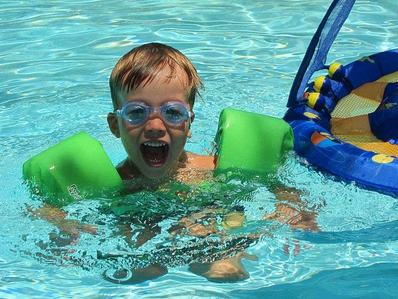 Les alarmes de piscine ne doivent pas être considérées comme l'unique moyen de prévenir les risques de noyade des enfants, mais être utilisées en complément d'une vigilance humaine. © Lars Plougmann, Wikimedia Commons, cc by sa 2.0