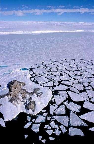 Un début de débâcle en Antarctique. La glace de mer se forme en hiver, et rétrécit en été. Il semble que la banquise se soit étendue de 1,9 % cette dernière décennie. Si ce chiffre peut sembler dérisoire, dans le contexte actuel de changement climatique, il est loin d'être négligeable. © Ipev