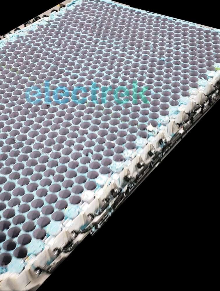 Les cellules lithium-ion 4680 prendront place dans les alvéoles que l'on voit à l'image.© Electrek