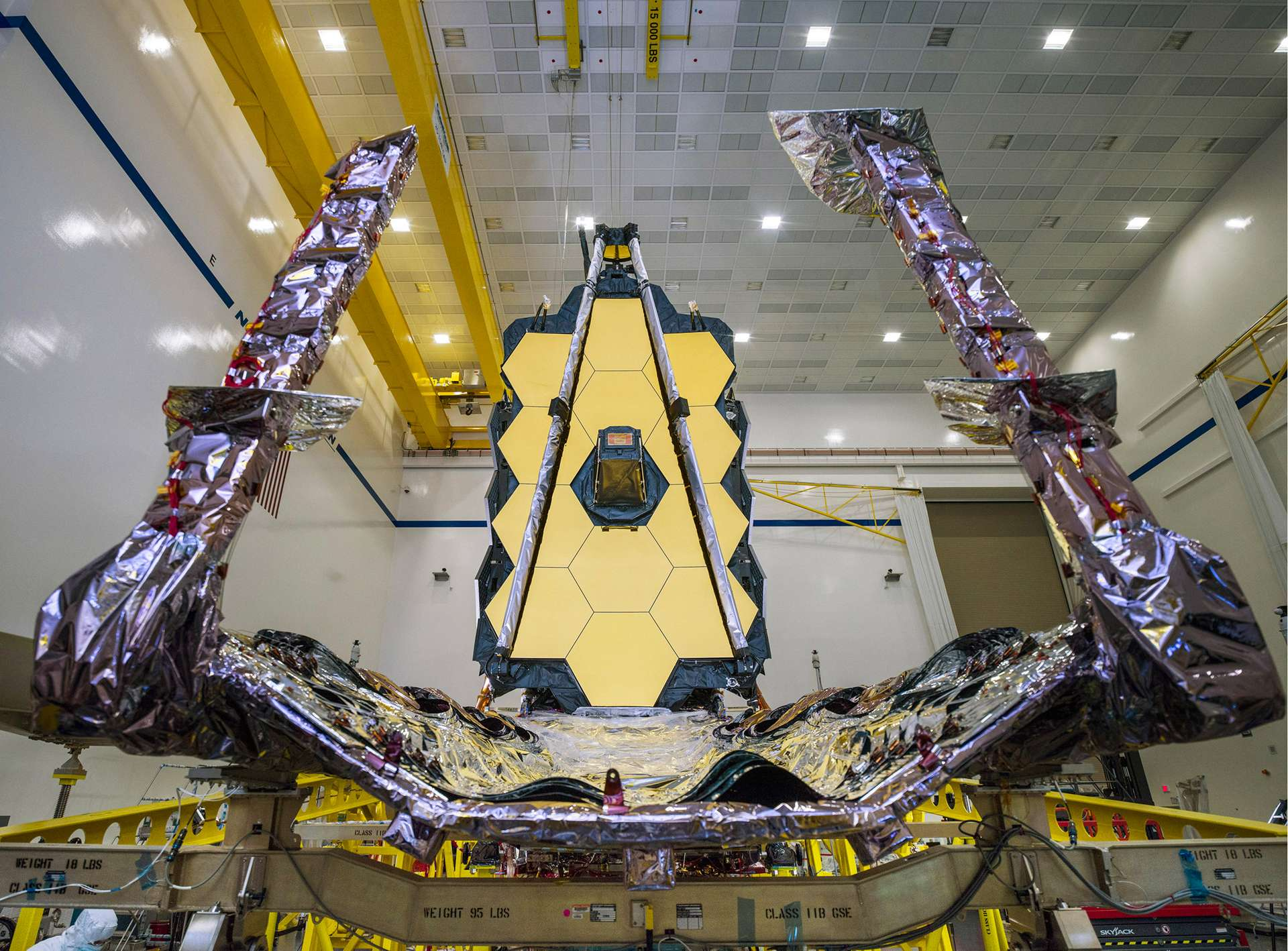 Le télescope spatial James Webb est ici vu entièrement assemblé pour la première fois. © Nasa, Chris Gunn