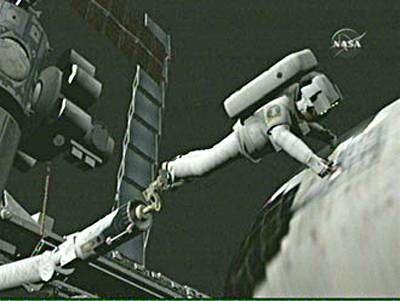 Vue virtuelle d'un astronaute maintenu par le Canadarm procédant à la réparation. Crédit NASA.